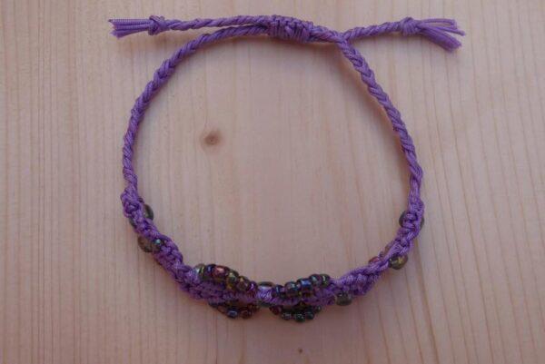 Lila Makramee - Armband mit schillernden Perlen