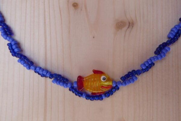 Halskette Fisch schwimmt auf Welle