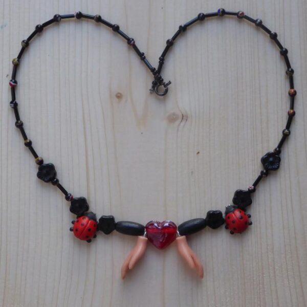 Perlen-Halskette mit Herz und Händen
